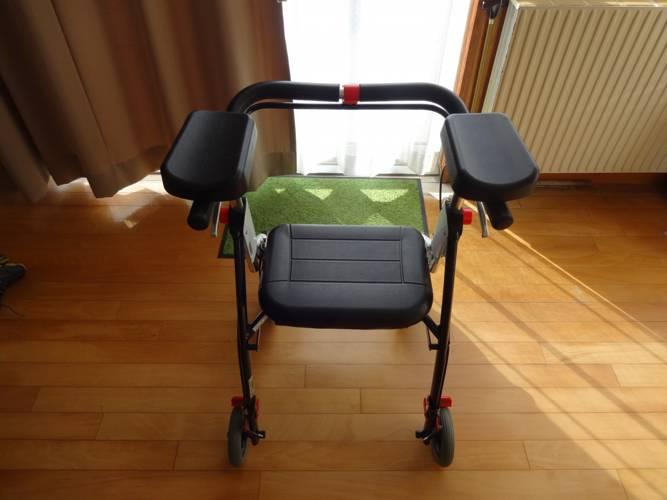 介護用歩行器が人気!?|椅子として利用できるシルバーカーとの違いを解説